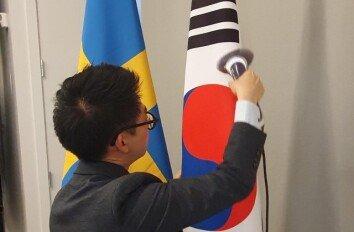 '구겨진 태극기 논란' 스팀다리미까지 등장[청계천 옆 사진관]