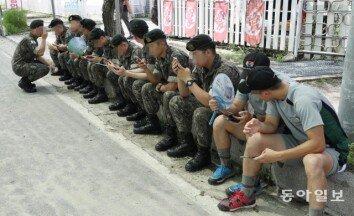 군인들은 지금 휴대폰 삼매경 [청계천 옆 사진관]