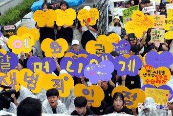 """[청계천 옆 사진관]""""바보 일본아 손들고 서 있어""""…수요시위 참석한 어린이들"""