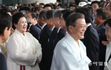 [청계천 옆 사진관]광복절 경축식에서 여야 대표와 반갑게 악수하는 김정숙 여사