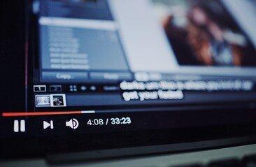1천만 구독자 달성 임박한, 1인 유튜버의 정체는?