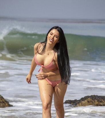 클라우디아 알란데, 해변에서 미친 볼륨감 과시