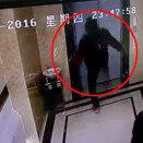 엘리베이터 발로 걷어차다 추락한 남성