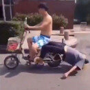 만취남, 오토바이 뒷자리 매달린 채 \