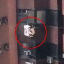 고층 아파트 외벽 실외기에 알몸으로 매달린 남성