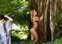 정글 속 비키니女, 움직일 때마다 '시선 집중'