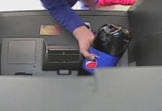 """""""돈? 시키는대로 하면 나와""""… ATM기에 콜라 쏟아부은 여성"""