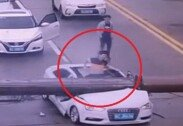 갑자기 쓰러진 크레인에 차량 박살… 운전자 생존 '기적'