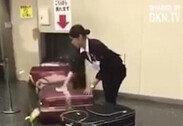 공항서 승객들 캐리어 닦아주는 직원 포착…난리난 이유