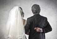 빚에 시달리던 남성, 아내와 아버지 결혼 시켜 '충격'