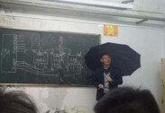 """""""휴강? 불가해""""…비 새는 교실서 우산 쓰고 강의한 교수"""