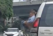 창문 밖으로 내밀어…달리는 차량서 아이 소변 보게한 부모