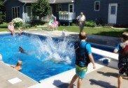 독거 노인, 뒷마당에 수영장 만들어…아이들에 무료 개방