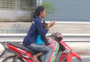 """""""아이 앞에 태우고…"""" 문자 보내며 오토바이 타는 여성"""