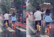 자전거 탄 채로…여친에 우산 씌워준 '♥사랑꾼 남성'