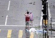 슈퍼 태풍에 도시 마비됐는데…인증샷 촬영한 남성 '비난'