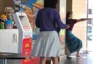 """""""매트 꺼내더니…"""" 맥도날드 매장서 요가하는 여성"""