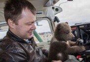 반려동물로 곰 키우는 남성…전용 집+수영장까지 만들어