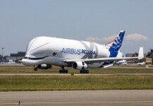 """""""하늘나는 흰고래""""…現 최대 크기 여객기, 시험 비행 성공"""
