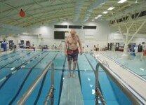 백플립 다이빙 시도…세상서 가장 익스트림한 90대 할아버지