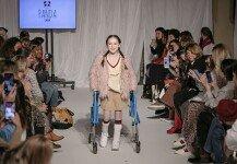 뇌성마비 앓는 11세 소녀, 유명 패션쇼 런웨이 올라