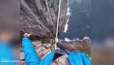바닷가 50미터 절벽위에서 맨발로 외줄 건너는 남성…'아찔'
