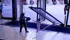 3살 아이 대형 유리문에…할머니와 쇼핑몰 갔다가 봉변