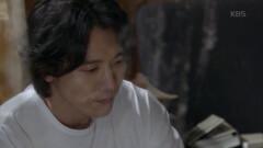 김하경의 책에 적혀있는 아버지 편지를 읽는 기태영