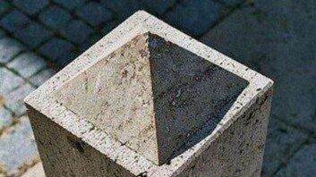 """""""피라미드 VS 구멍""""… 해외에서 논란 중인 사진, 어떻게 보이나요?"""