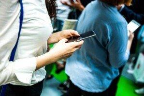 만원 지하철서 휴대전화 사용… 민폐인가요?