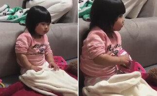 """언니 몰래 과자 먹는 '포커페이스' 아기…""""귀염 폭발"""""""