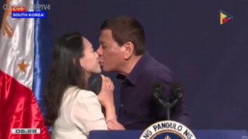 '방한' 두테르테 필리핀 대통령, 교민 행사서 여성에 입맞춤 요구