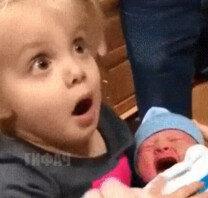 '헉!'…인형 아닌 '아기'라는 사실에 놀란 여아 표정