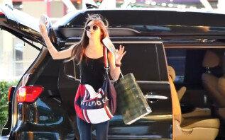 """하니, 공항서 팬들에 광고 댄스…""""역대급 팬서비스"""""""