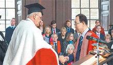 联合国秘书长潘基文被英国剑桥大学授予荣誉法学博士学位。
