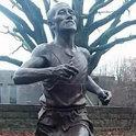 在80年前曾奔跑的那个地方树立起孙基祯的铜像