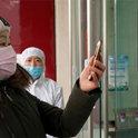"""中国研究人员:""""新冠病毒也会出现在血和大便中"""""""