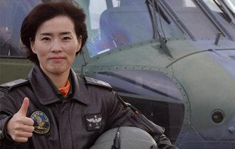 韩国陆军首位女直升机教官飞行员诞生