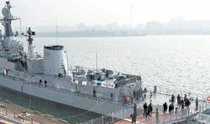 """漢江上出現足球場長度的1900噸級的""""退役軍艦"""""""