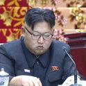 最高人民会議で金正恩氏が居眠り?
