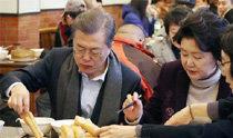 文大統領、庶民食堂で中国市民と朝食