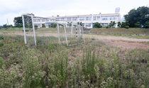 面単位の小中学校が次々と廃校、グラウンドは一面に雑草が