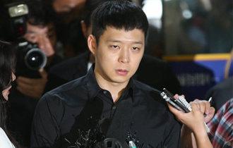 性的暴行容疑の朴裕天とイ・ジュノが警察に出席