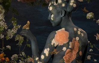 壁紙の中に隠された女体、豪州作家・エマ・ハックの個展