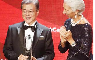 文大統領が地球市民賞受賞、「ろうそく市民はノーベル平和賞を受ける資格ある」と感想