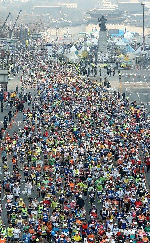 2017首爾國際馬拉松比賽前五名成績均在2小時6分左右