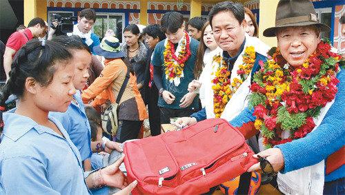 严弘吉完成在尼泊尔建立16所学校目标的四分之三