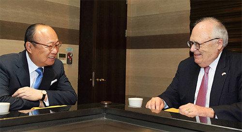 韩国集团会长金升渊与美国传统基金会主席佛纳畅谈