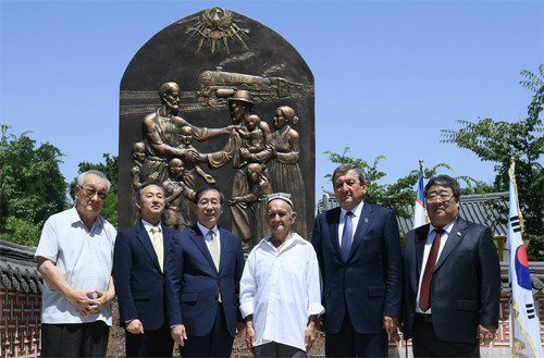 """""""高丽人强制迁移80周年纪念碑""""在乌兹别克斯坦建立"""