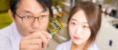"""UNIST开发出只要穿上衣服行走就能生产电的可穿戴式热电机,""""今后为智能手机充电也将成为可能"""""""